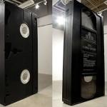 """VHS-kasett som monolit ur """"2001 – ett rymdäventyr"""""""
