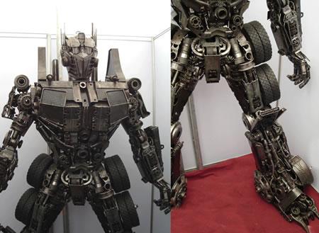 Optimus Prime som skulptur av skrot