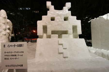 Space Invaders som snöskulptur