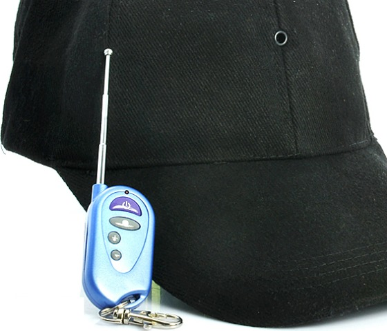 Keps med spionkamera, mp3-spelare och fjärrkontroll
